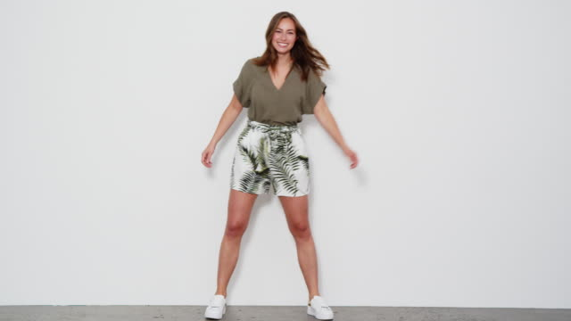 schönes modell springt in schuss - ganzkörperansicht stock-videos und b-roll-filmmaterial
