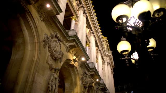 bellissimo stampaggio su antico edificio illuminato, architettura europea - barocco video stock e b–roll