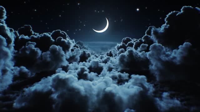 piękny księżyc w przestworzach. latanie nad nieskończonymi chmurami z nocnym księżycem lśniącym bez szwu. zapętlona animacja 3d z moonlight over the horizon. - drzemać filmów i materiałów b-roll