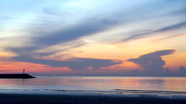 vackra morgonhimlen och havet med silhuetten av fyren före solnedgången - pink sunrise bildbanksvideor och videomaterial från bakom kulisserna
