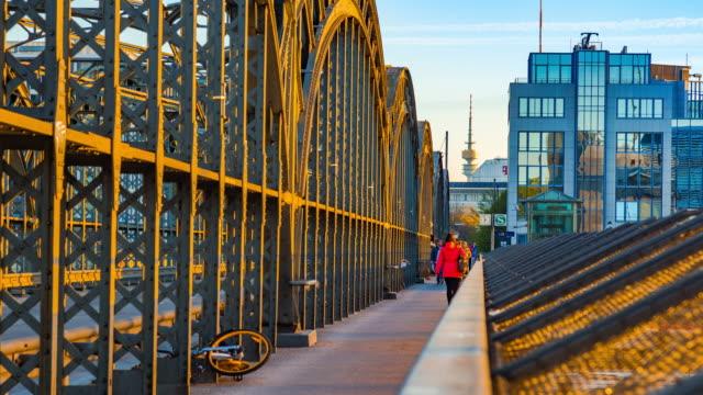 vacker morgon med skara människor på hackerbruecke, münchen, bayern, tyskland - munich train station bildbanksvideor och videomaterial från bakom kulisserna