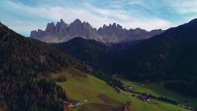 vacker bergsutsikt alpby, gröna ängar och betesmarker, toppar. dolomiti alperna i sydtyrolen - high dynamic range imaging bildbanksvideor och videomaterial från bakom kulisserna