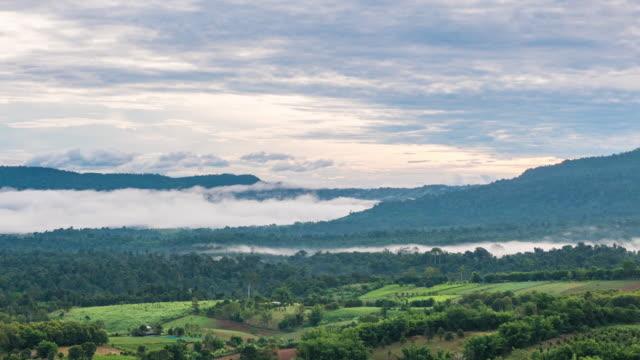 schöne berge landschaft mit nebel, zeitraffer video - provinz guangxi stock-videos und b-roll-filmmaterial
