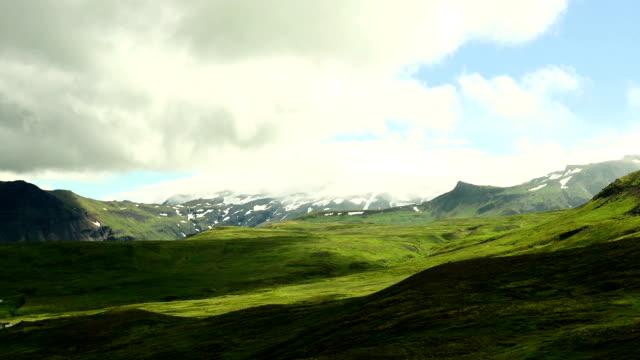 Wunderschöne bewegte Wolken über die Berge bei Sonnenuntergang (Timelapse) – Video