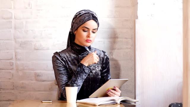 vacker muslimsk kvinna arbeta med dokument. business, livsstil - anständig klädsel bildbanksvideor och videomaterial från bakom kulisserna