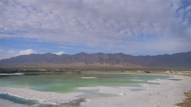 vidéos et rushes de belle vue de paysage de nature du lac de sel d'émeraude en chine de qinghai - lac salé