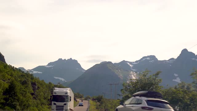 bella natura pov vehicle drive, viaggi in auto scenario collinare, costa mediterranea curvy asfalto strada punto di vista, cielo blu con orizzonte delle nuvole. guida pov. materiale video. azioni 4k - passo montano video stock e b–roll
