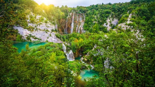 beautiful nature with waterfalls and warm sunlight in plitvice lake national park - национальный парк плитвицкие озёра стоковые видео и кадры b-roll