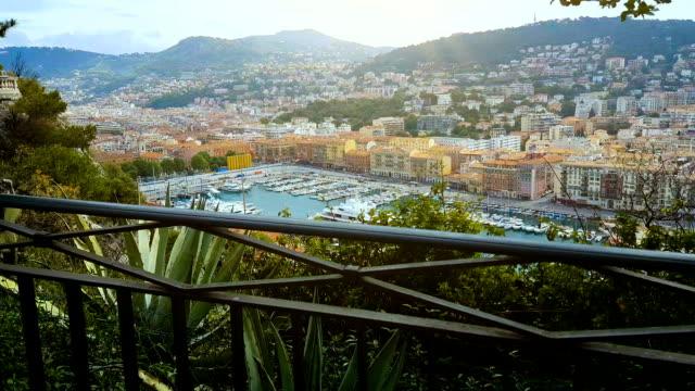 bellissimo porto di nizza, barche e architettura, bellezza naturale del mar mediterraneo - francia video stock e b–roll