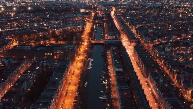vacker natt flygbild över amsterdam centrum ovanifrån med många smala kanaler, upplysta gator och gamla historiska hus, drönare bilder - drone amsterdam bildbanksvideor och videomaterial från bakom kulisserna