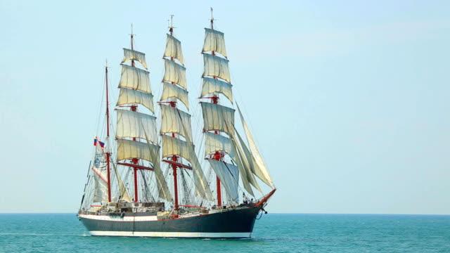 beautiful old sailing ship under full sail - segelfartyg bildbanksvideor och videomaterial från bakom kulisserna