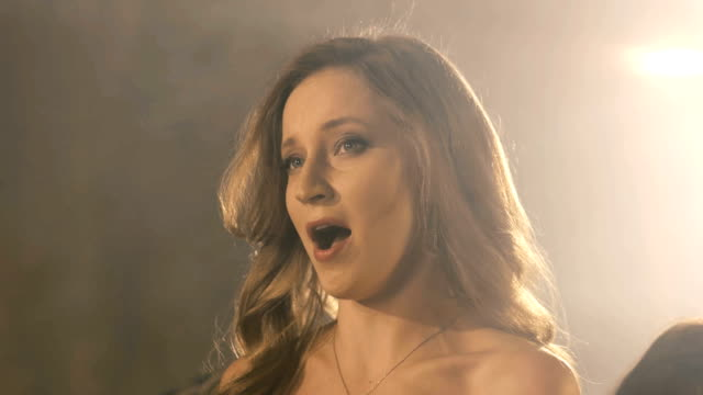 美しいオペラ歌手の女の子。アーティスト歌手の fullhd 肖像画をクローズ アップ。 - オペラ点の映像素材/bロール