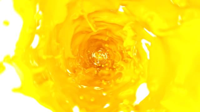 vídeos y material grabado en eventos de stock de hermosa jugo de naranja hidromasaje en el tubo sobre fondo blanco. animación 3d con alfa mate. hd 1080. - amarillo color