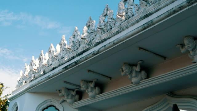 vacker prydnad och modellering av vit lera på vitt tempel i thailand. nyckfull puts gjutning - india statue bildbanksvideor och videomaterial från bakom kulisserna