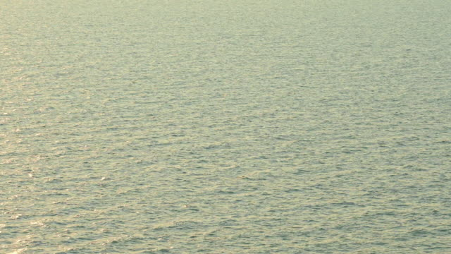 vidéos et rushes de beau lever ou coucher du soleil extérieur sur l'océan de mer de plage - baie eau