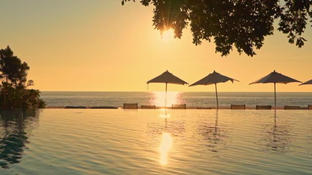 旅行休暇のためのホテルリゾートのほぼ海の海側の美しい屋外スイミングプール - ヴィラ点の映像素材/bロール