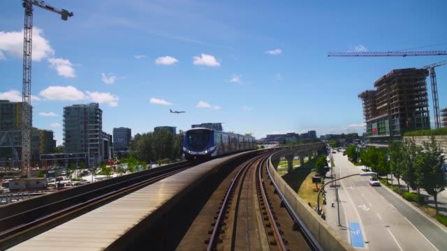 vídeos de stock e filmes b-roll de beautiful outdoor train forward fpv. - vancouver