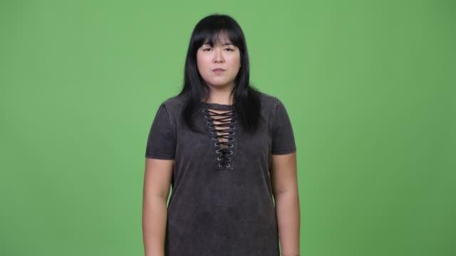 schöne übergewicht asiatische frau zeigte auf kamera - einzelne frau über 30 stock-videos und b-roll-filmmaterial