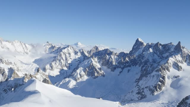 wunderschöne panorama-blick auf europa-alpen-mont-blanc-landschaft von der aiguille du midi chamonix frankreich - alpen stock-videos und b-roll-filmmaterial