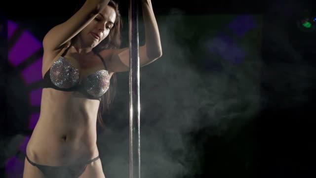 vidéos et rushes de belle pole danseuse effectuant sexy pole dance sur le plancher de scène night club - art et artisanat