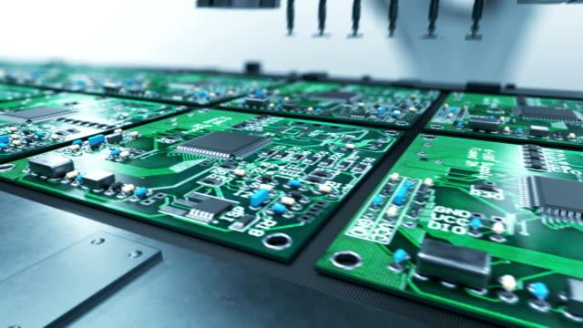vídeos y material grabado en eventos de stock de hermoso proceso de producción de placa de circuito de brazo robótico en cinta transportadora. automatizado de fabricación de chips electrónicos. concepto de alta tecnología e industrial. bucle de animación en 3d. - placa madre
