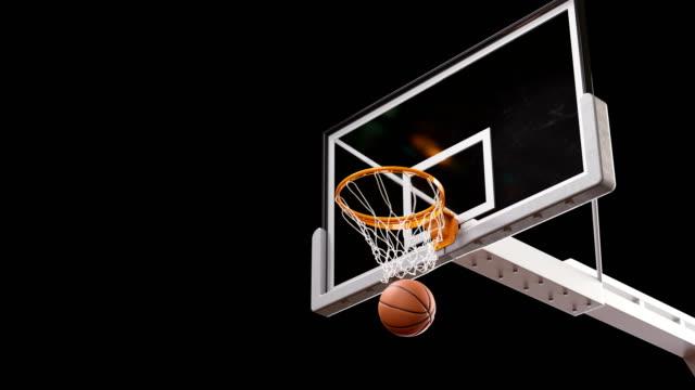 vídeos y material grabado en eventos de stock de hermosa profesional largo tiro en un aro de baloncesto lenta. bola vuela girando en cesta neta sobre fondo negro y pantalla verde. concepto del deporte. 3d animación alfa mate 4k uhd 3840 x 2160. - basketball hoop