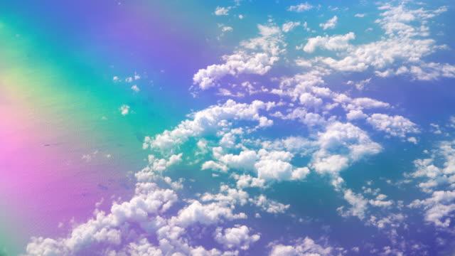 4k美しい虹のスペクトルカラフルな雲の空と飛行機の窓から撮影した海の眺め - レインボー点の映像素材/bロール