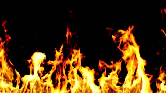 vídeos de stock, filmes e b-roll de lindo realista grande fogo sem emenda sobre fundo preto. em loop chama isolada animação 3d. - inferno fogo