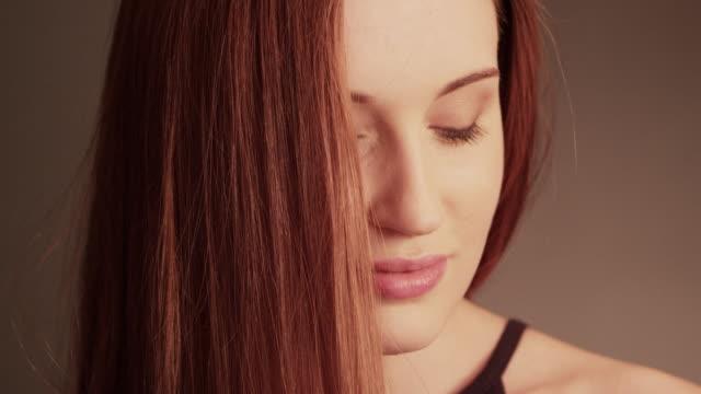 vídeos y material grabado en eventos de stock de chica hermosa pelirroja sacudiendo su cabello largo - pegajoso