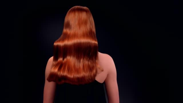 vacker rödhårig kvinna gungade hennes långa hår - rött hår bildbanksvideor och videomaterial från bakom kulisserna