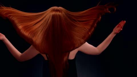 vídeos de stock e filmes b-roll de beautiful redhead woman tossing long hair - cabelo