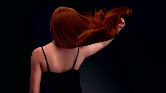 vidéos et rushes de femme belle rouquine jetant cheveux longs - soins capillaires