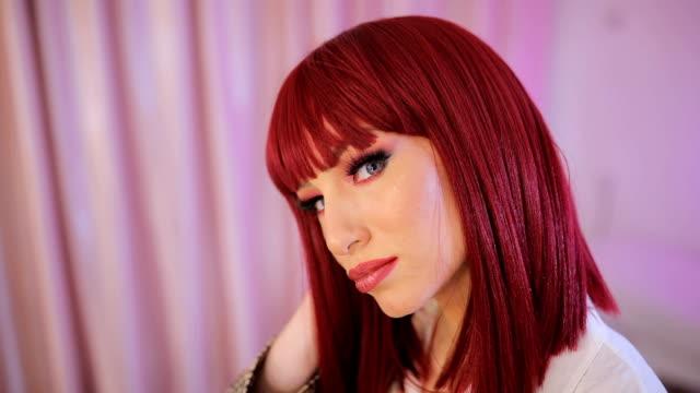 mavi gözlü güzel kızıl saçlı kadın - peruk stok videoları ve detay görüntü çekimi