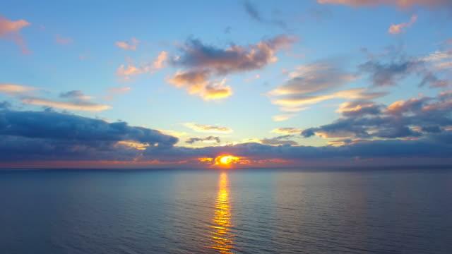 美しい水の反射表面の日の出、空撮ビデオ - 夜明け点の映像素材/bロール