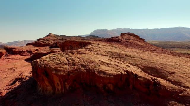 kırmızı toprak ile güzel kayalık manzara. havadan görünümü - kayaç stok videoları ve detay görüntü çekimi