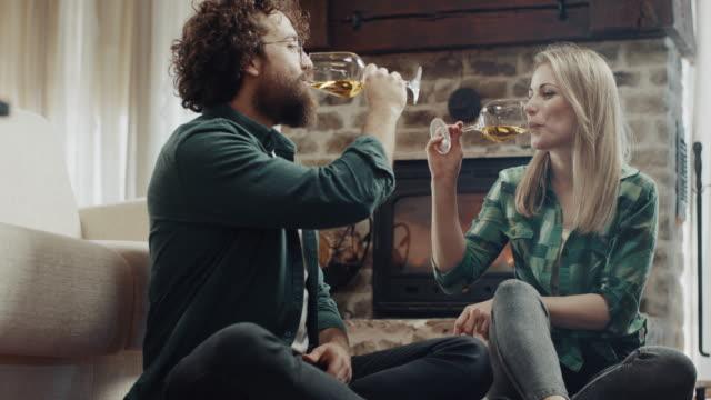 vackert romantiskt par dricker vitt vin - vitt vin glas bildbanksvideor och videomaterial från bakom kulisserna