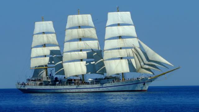 vacker segelbåt på alla segel fyllda med vind - segelfartyg bildbanksvideor och videomaterial från bakom kulisserna