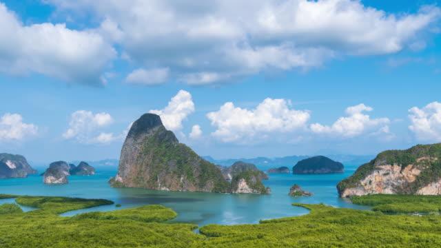 vidéos et rushes de beau point de vue samet nangshe sur phang-nga bay panorama pittoresque, avec la forêt de mangroves et des montagnes dans la mer d'andaman, près de phuket, thaïlande; panoramique à droite - time lapse - mer d'andaman