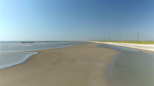 vídeos de stock, filmes e b-roll de vista aérea : bela costa de areia, ao longo do golfo do méxico - baía