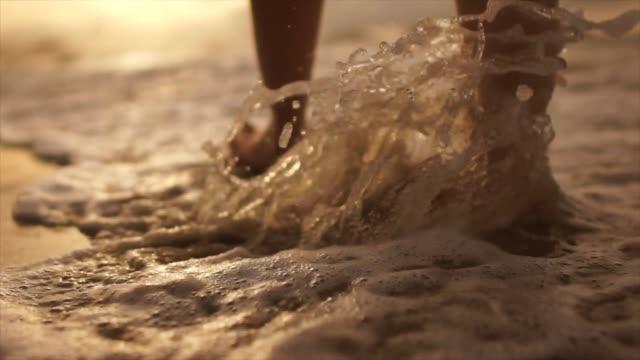 vídeos y material grabado en eventos de stock de hermosa escena de una sección baja de mujer caminando en la playa del océano al atardecer - cómodo conceptos