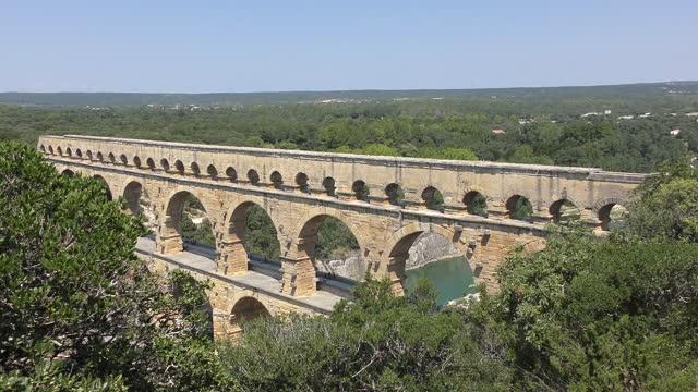 stockvideo's en b-roll-footage met prachtig landschapszicht van pont du gard, frankrijk - pont du gard