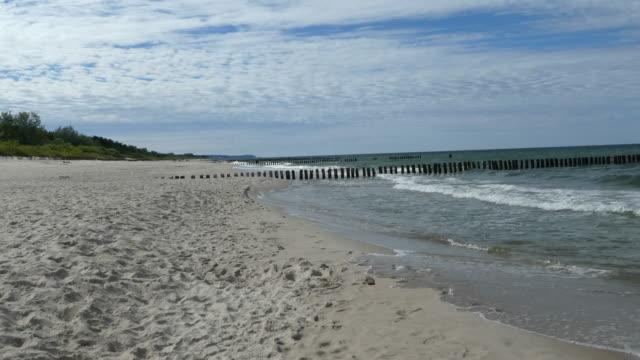 schöner strand mit ruhigen strand und sanft gewelltes meer. - ostsee stock-videos und b-roll-filmmaterial