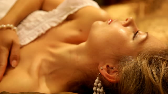 vidéos et rushes de belle séduisante femme essaye de dormir - décolleté