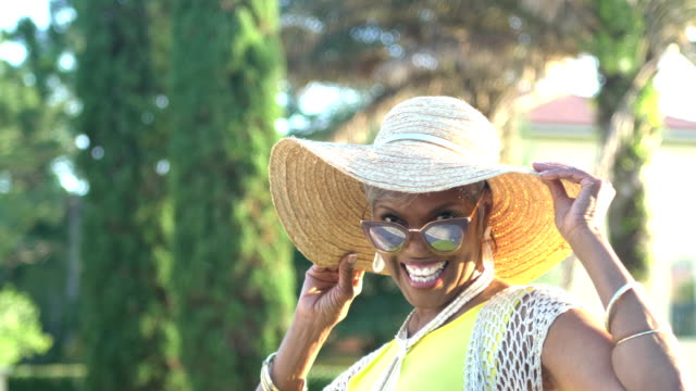 beautiful senior african-american woman with sunglasses - giovane nell'animo video stock e b–roll