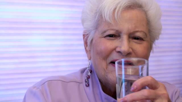 piękna starsza kobieta śmiech - dobrze ubrany filmów i materiałów b-roll