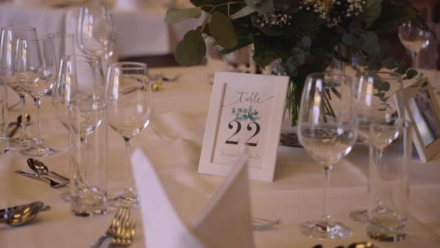piękna obsługa stół weselny na wykwintne bankiet - stock video - para aranżacja filmów i materiałów b-roll