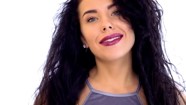 vidéos et rushes de belle brune sexy avec les lèvres rouges flirte avec caméra - rouge à lèvres rouge