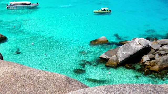 vidéos et rushes de beau tir de l'eau claire et amarrage bateau sur la plage de similan, l'île similan - mer d'andaman