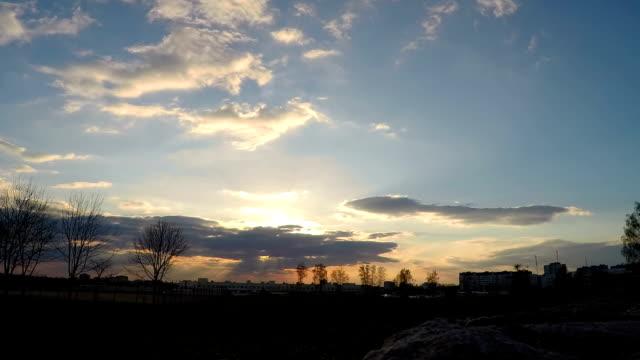 bellissimo timelapse del cielo con nuvole in movimento - full hd format video stock e b–roll