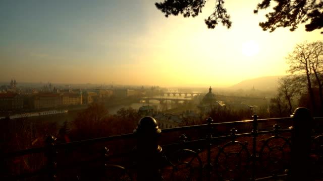 夕暮しの美しいスカイラインプラハ、リアルタイム - チェコ共和国点の映像素材/bロール